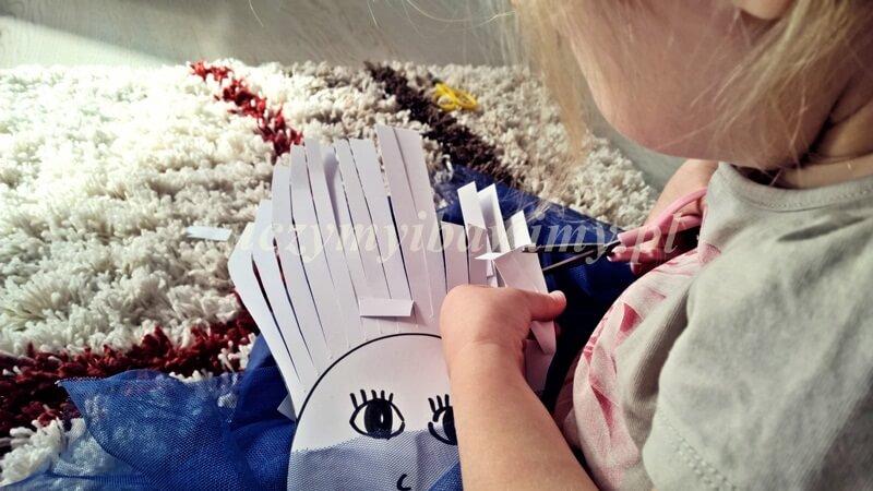 Dziecko - wycina nożyczkami